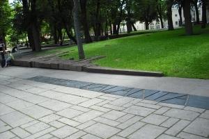"""(c) KaunoZinios.lt archyvo nuotr.R. Antinio skulptūrinė kompozicija """"Aukos laukas"""" Muzikinio teatro sodelyje."""