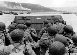 JAV kariai ruošiasi pulti Omahą Antrojo pasaulinio karo metu © Wikimedia Commons archyvo nuotr.