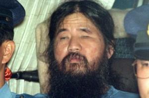 Suimtas Shoko Asahara, Aum Shinrikyo sektos vadas. Turėjo milijardą dolerių, neribotą kiekį sugulovių, sukarintas pajėgas, siekė valdžios Japonijoje ir per rinkimus, ir kitais būdais. Ir pats tikėjo Apokalipse, ir dar tą Apokalipsę surengti bandė. Puikiausiai derino visiškus kliedesius su gebėjimais planuoti veiksmus ir skaičiuoti pinigus.