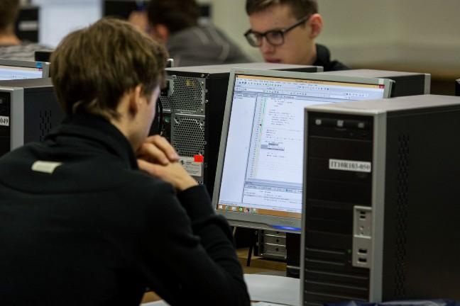 Moksleiviai dirba kompiuteriu_2_L. Zemgulio nuotr.