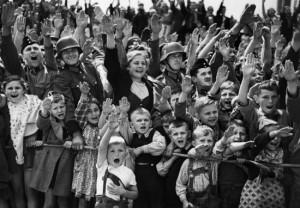 Žinoma, kad žmonės tiesiog gyveno. Režimas buvo, bet niekas gi nematė, kad kažkas blogo vyksta. Žmonės visada norėjo būti laimingi. Ir kaip bebūtų keista, taip ir yra. Iki tol, kol tie žmonės pamatė, ką išties darė nacių režimas, praėjo apie 10 metų. 10 metų ir kraupus karas. Paskui paaiškėjo tiesa.