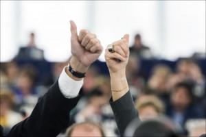 Atsigaunant ekonomikai ar didėjant darbo stažui auga ir vidutinis moterų bei vyrų atlygio atotrūkis. Europos parlamento nuotr./Flickr.com