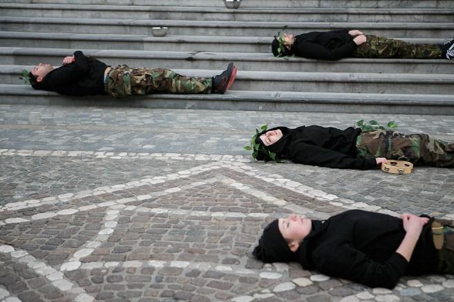 """Fragmentas iš gatvės spektaklio """"Demokratijos gimimas ir mirtis"""". Festivalio SWISST metu (Slovėnija)"""