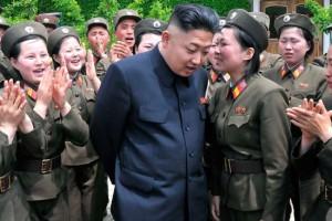 Ne, čia ne Dovilė Šakalienė raportuoja Ramūnui Karbauskiui apie naujas pozityvo aukštumas. Čia Kim Jong Unas klausosi, kaip jam kažkokia kareivė krykščia apie tai, kaip liaudis aplaiminginta ir pakylėta čiuožia į šviesų rytojų Korėjos Liaudies Demokratinėje Resupublikoje.