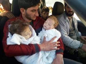 Khan Sheikhoun, Idlib, Sirija. Tėvas su dviem dukrytėmis, nužudytomis cheminės atakos metu.