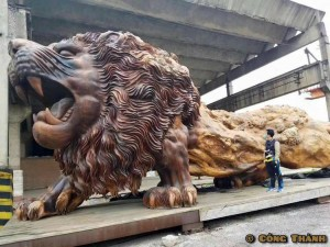 giant-lion-redwood-sculpture-1