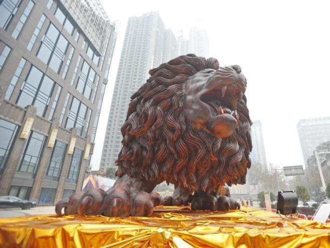 giant-lion-redwood-sculpture-6