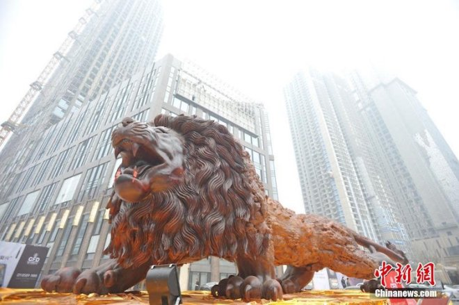 giant-lion-redwood-sculpture-8