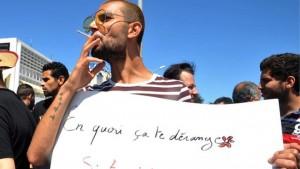 """Protestuotojas laiko plakatą su užrašu """"Kodėl jums rūpi jei jūs laikotės pasniko, o aš ne?"""""""