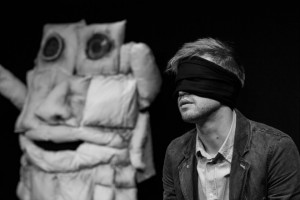 """G. Varno spektaklio """"Pagalvinis"""" akimirka © Remio Ščerbausko nuotr."""
