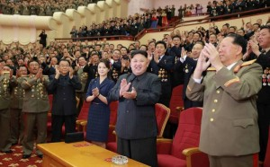 Kim Jong Unas ir jo žmona Ri Sol-ju  centre.