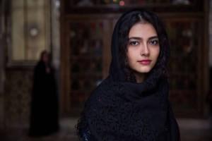 """Teheranas, Iranas. Jos vardas Mahsa, kuris persų kalba reiškia """"kaip mėnulis"""". Kai ji buvo paauglė, jos tėvas reikalavo, kad ji taptų gydytoja, tačiau Mahsą labiau domino menai ir ji pasirinko tapti grafikos dizainere. Ji didžiuojasi tuo, kad nuo tol, kai jai sukako aštuoniolika, ji yra finansiškai nepriklausoma ir planuoja netrukus atidaryti savo pačios firmą."""