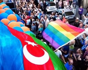 Azerbaidžano vėliava LGBT* bendruomenės parade Vokietijoje, 2015 m., Ghvinotsdaati, Wikimedia Commons nuotr.