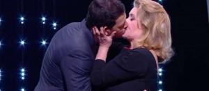 Catherine Deneuve ir jai į sūnus tinkančio aktoriaus Laurent Lafitte aistringas, nesuvaidintas ir nieko nereiškiantis tikras prancūziškas bučinys per apdovanojimus Kanų festivalyje.