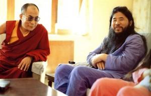 Shoko Asahara (dešinėje) ir Dalai lama