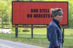 "Filmo ""Three Billboards Outside Ebbing, Missouri"" kadras"