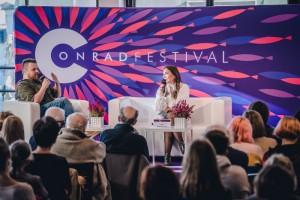 Conrado festivalio renginyje Kristiną Sabaliauskaitę kalbina Ziemowito Szczereko / Michael Lepecki nuotr.