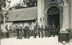 Karo invalidų rikiuotė prie Karo muziejaus / Organizatorių archyvo nuotr.