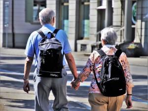Keliaujantys vyresnio amžiaus žmonės. Pixabay.com nuotr.